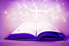 Θρησκευτική ιερή Βίβλος τα διαγώνια και πορφυρά χρώματα που παραχωρούν με την έννοια Πάσχας στοκ φωτογραφία