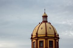 Θόλος εκκλησιών μια νεφελώδη ημέρα στοκ φωτογραφία με δικαίωμα ελεύθερης χρήσης