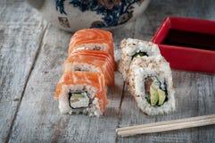 Ιαπωνικά σούσια με το ρύζι αβοκάντο σολομών στοκ φωτογραφία με δικαίωμα ελεύθερης χρήσης