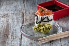 Ιαπωνικά σούσια με το ρύζι αβοκάντο σολομών στοκ εικόνες με δικαίωμα ελεύθερης χρήσης