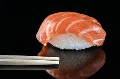 Ιαπωνικά σούσια με το ρύζι αβοκάντο σολομών στοκ εικόνα