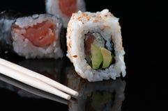 Ιαπωνικά σούσια με το ρύζι αβοκάντο σολομών στοκ εικόνες