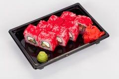 Ιαπωνική εθνική δημοφιλής κουζίνα Σούσια, ρύζι και ψάρια Νόστιμα, υπέροχα εξυπηρετούμενα τρόφιμα σε ένα εστιατόριο, καφές στοκ εικόνα με δικαίωμα ελεύθερης χρήσης