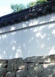 Ιαπωνική μαύρη ξύλινη λεπτομέρεια στεγών με τα περίπλοκα σχέδια στοκ εικόνες