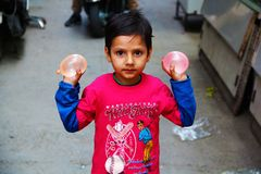 Ινδικό παιδί έτοιμο να συνθλίψει Ballon νερού στους λαούς στοκ φωτογραφίες
