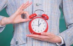 Ιδιότητες δασκάλων Ξυπνητήρι στα χέρια του υποβάθρου τάξεων δασκάλων ή εκπαιδευτικών Έννοια σχολικής πειθαρχίας στοκ φωτογραφία με δικαίωμα ελεύθερης χρήσης