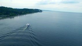 Ιδιωτική ακτή βουνών σκαφών πλέοντας Πλέοντας ποταμός πόλεων γιοτ πολυτέλειας απόθεμα βίντεο