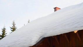 Ισχυρή χιονόπτωση στη στέγη, κίνδυνος, ξύλινο σπίτι απόθεμα βίντεο