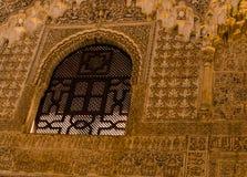 Ισπανία, Ανδαλουσία, Alhambra, μαυριτανικό, μαύρο παράθυρο δικτυωτού πλέγματος στο χαρασμένο περίπλοκο σχέδιο τοίχων στοκ εικόνες με δικαίωμα ελεύθερης χρήσης