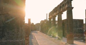 Ιταλία Πομπηία Η όμορφη ηλιοφάνεια ήλιων μέσω Throuh παραμένει του αρχαίου κτηρίου στο έδαφος του φόρουμ της Πομπηίας απόθεμα βίντεο