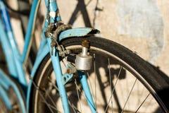Ιταλικό μπλε bicicle με την παλαιά δυναμό στοκ φωτογραφία με δικαίωμα ελεύθερης χρήσης