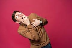 Ι ` μ φοβισμένο τρόμος Πορτρέτο του φοβησμένου ατόμου στο καθιερώνον τη μόδα ρόδινο υπόβαθρο στούντιο Αρσενικό πορτρέτο μισό-μήκο στοκ εικόνες