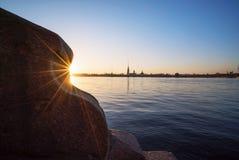 Κάθοδος στα βήματα γρανίτη Neva, την άποψη του Peter και το φρούριο του Paul, Αγία Πετρούπολη στοκ εικόνες