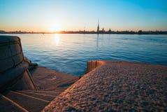 Κάθοδος στα βήματα γρανίτη Neva, την άποψη του Peter και το φρούριο του Paul, Αγία Πετρούπολη στοκ φωτογραφία με δικαίωμα ελεύθερης χρήσης
