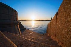 Κάθοδος στα βήματα γρανίτη Neva, την άποψη του Peter και το φρούριο του Paul, Αγία Πετρούπολη στοκ εικόνα