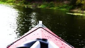 Κάθοδος στον ποταμό στα καγιάκ απόθεμα βίντεο