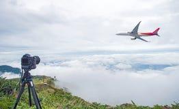 Κάμερα DSLR που παίρνει τη φωτογραφία φύσης ταξιδιού η πλήρης κάμερα πλαισίων στο τρίποδο παίρνει τη φωτογραφία της απογείωσης αε στοκ φωτογραφία