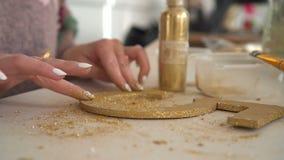 Κάνοντας τις ξύλινες διακοσμήσεις από τον ξύλινο αριθμό και χρυσός να ακτινοβολήσουν workplace απόθεμα βίντεο