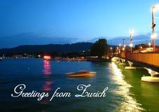 Κάρτα με μια όμορφη άποψη νύχτας στο θερινό καιρό με ένα ταχύπλοο στη λίμνη Ζυρίχη στοκ φωτογραφία