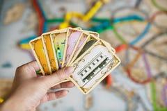 Κάρτες λαβής χεριών του εισιτηρίου για να οδηγήσει το παιχνίδι στοκ εικόνες