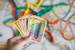 Κάρτες λαβής χεριών του εισιτηρίου για να οδηγήσει το παιχνίδι στοκ φωτογραφίες
