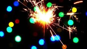 Κάψιμο και φω'τα σπινθηρισμάτων εορτασμού φιλμ μικρού μήκους