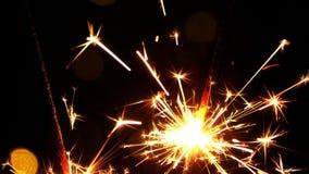 Κάψιμο και φω'τα σπινθηρισμάτων εορτασμού απόθεμα βίντεο