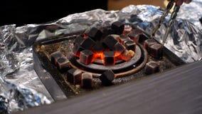 Κάψιμο των κόκκινων ανθράκων για το hookah, που θερμαίνεται στην ηλεκτρική θερμάστρα στοκ εικόνες