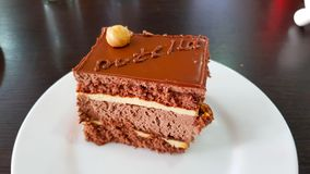 Κέικ σοκολάτας με τα φουντούκια στοκ φωτογραφίες
