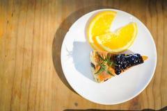 Κέικ σοκολάτας με το πορτοκάλι φετών στο ξύλινο υπόβαθρο στοκ εικόνα