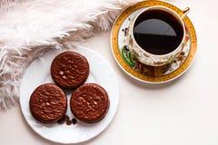 Κέικ σοκολάτας στο άσπρα πιάτο και το φλυτζάνι του καυτού μαύρου coffe Τοπ όψη στοκ εικόνες