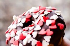 Κέικ σοκολάτας Doughnut που καλύπτεται με τη σοκολάτα Εδώδιμο cupcake Εδώδιμος Donat Cupcake με μια τρύπα Ρομαντικό cupcake στοκ εικόνα με δικαίωμα ελεύθερης χρήσης