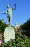 Κήποι Jardin du Λουξεμβούργο Λουξεμβούργο L'Acteur grec το ελληνικό άγαλμα δραστών και το Pantheon Παρίσι, Γαλλία στις 15 Αυγού στοκ εικόνες