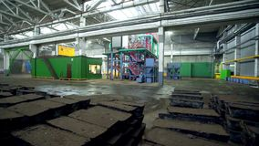 Κίνηση κατά μήκος των σωρών τούβλου ενάντια στις κατασκευές στις εγκαταστάσεις απόθεμα βίντεο