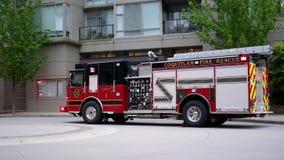 Κίνηση των οχημάτων πυρκαγιάς και ασθενοφόρων που αφήνουν το διαμέρισμα απόθεμα βίντεο