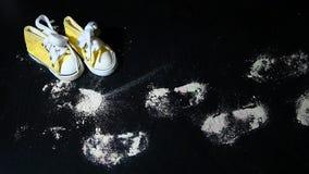 Κίτρινο μικρό μήκος σε πόδηα ιχνών παπουτσιών άσπρο hd απόθεμα βίντεο