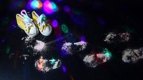 Κίτρινο μικρό disco μήκους σε πόδηα ιχνών παπουτσιών άσπρο hd ελαφρύ κανένα απόθεμα βίντεο
