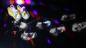 Κίτρινο μικρό disco μήκους σε πόδηα ιχνών παπουτσιών άσπρο hd ελαφρύ κανένα φιλμ μικρού μήκους