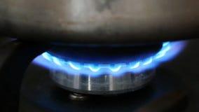 Καίγοντας καυστήρας αερίου στη σόμπα απόθεμα βίντεο