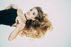 Καθαρή ομορφιά Makeup και καλλυντικά για το skincare του προκλητικού κοριτσιού Ομορφιά και ύφος Γυναίκα με τη μακριά υγιή τρίχα π στοκ εικόνα με δικαίωμα ελεύθερης χρήσης