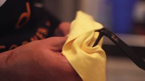 Καθαρίζοντας eyeglasses ατόμων με το ύφασμα microfiber απόθεμα βίντεο