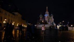 Καθεδρικός ναός του βασιλικού Αγίου στην κόκκινη πλατεία, έπειτα παιχνίδι Χριστουγέννων στο χριστουγεννιάτικο δέντρο απόθεμα βίντεο