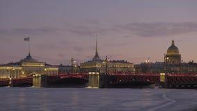 καθεδρικός ναός Isaac s Άγιος Γέφυρα παλατιών με το συμπεριλαμβανόμενο ελαφρύ φωτισμό απόθεμα βίντεο