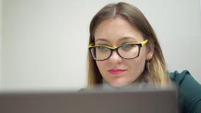 Καθηγητής Αγγλικών στα κίτρινα γυαλιά που προετοιμάζεται για το μάθημα απόθεμα βίντεο