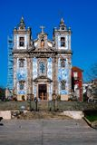 Καθολική εκκλησία στο Πόρτο Πορτογαλία με τα μπλε κεραμίδια στοκ εικόνα με δικαίωμα ελεύθερης χρήσης