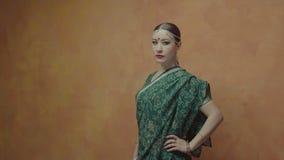 Καθορισμένη όμορφη γυναίκα στην ινδή Sari που θέτει στο εσωτερικό απόθεμα βίντεο