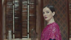 Καθορισμένο γεμάτο αυτοπεποίθηση βλέμμα ρίψεων γυναικών απόθεμα βίντεο