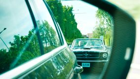Καθρέφτης αυτοκινήτων άποψης δύο μετατρέψιμων αυτοκινήτων μάστανγκ της Ford φιλμ μικρού μήκους