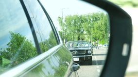 Καθρέφτης αυτοκινήτων άποψης δύο μετατρέψιμων αυτοκινήτων μάστανγκ της Ford απόθεμα βίντεο