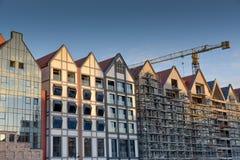 Καινούργιο σπίτι οικοδόμησης γερανών στο εργοτάξιο οικοδομής στοκ φωτογραφία